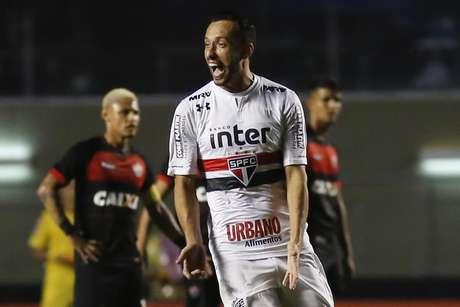 Nenê comemora gol pelo São Paulo sobre o Vitória