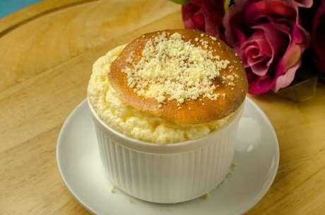 Suflê de queijo com queijo ralado polvilhado
