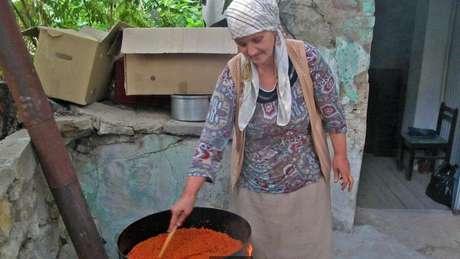 Em Skopje, Macedônia, Mutic ajudou duas mulheres a preparar ajvar (relish de pimenta vermelha) enquanto compartilhavam seus pensamentos sobre a Iugoslávia