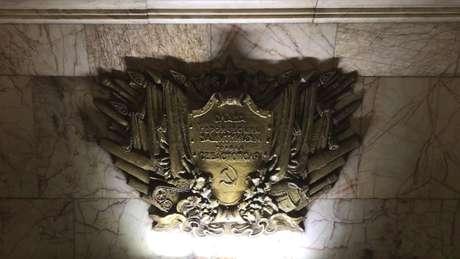 Símbolos do comunismo são encontradas em todas as estações mais antigas da cidade