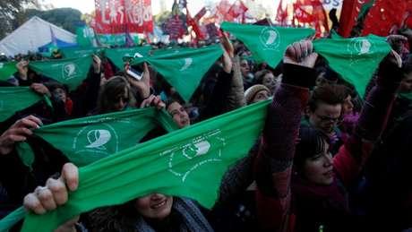 Lenços verdes, de cor apartidária, viraram símbolo do movimento