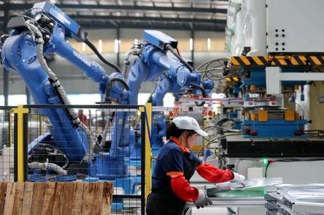 Funcionária trabalha em fábrica em Huaibei, na China 05/06/2018  REUTERS/Stringer