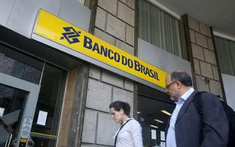 Pessoas passam em frente de agência do Banco do Brasil no Rio de Janeiro, Brasil 15/12/2014 REUTERS/Pilar Olivares