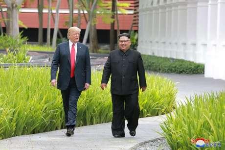 Trump e Kim Jong Un caminham em Cingapura  12/6/2018     KCNA via REUTERS