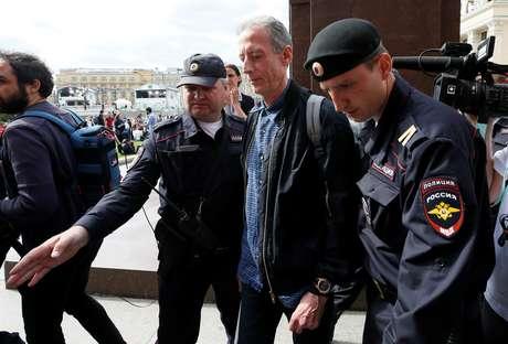 Ativista gay é detido por protestar em Moscou