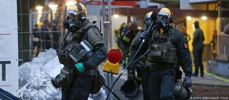 Policiais com equipamento de seguranca apreendem ricina fabricada num apartamento em Colônia