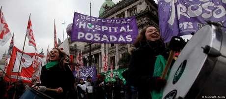 Manifestantes defendem legalização do aborto nas imediações do Congresso, em Buenos Aires