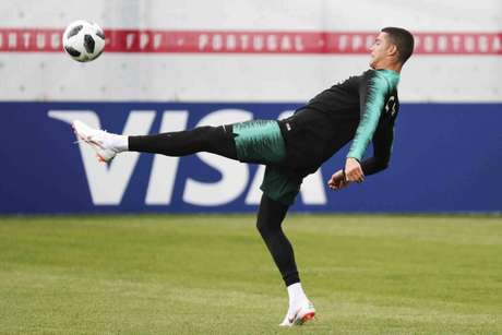 O astro Cristiano Ronaldo tenta balançar as redes em sua quarta Copa do Mundo consecutiva (FPF/Diogo Pinto)