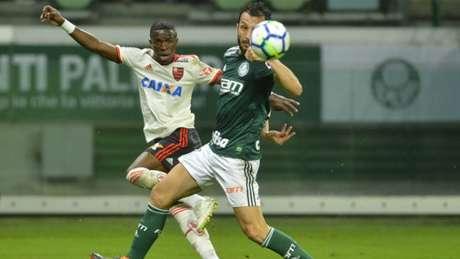Vinícius Júnior em ação no Allianz Parque, contra o Palmeiras, nesta quarta (Foto: Staff Images / Flamengo)
