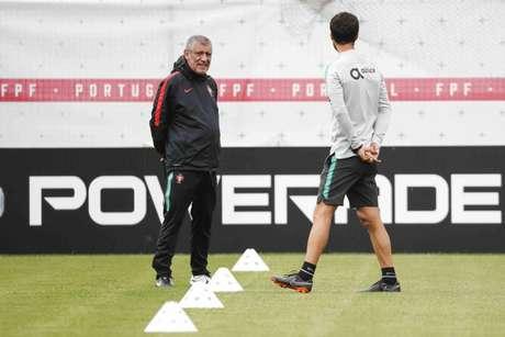 O técnico Fernando Santos chamou a seleção espanhola de fantástica, mas não desejou sorte (FPF/Diogo Pinto)