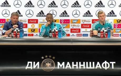 Boateng concedeu entrevista coletiva nesta quinta-feira (Foto: Reprodução / Twitter DFB)