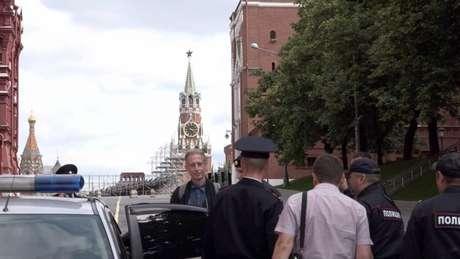 Peter Tachell sendo detido por policiais russos (FOTO: Reprodução Twitter)