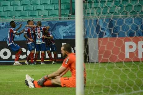 Jogadores do Bahia comemoram Gol de Mena na partida entre Bahia x Corinthians, válida pela décima segunda rodada do campeonato brasileiro da série A, realizada nessa quarta (13) na Arena Fonte Nova.