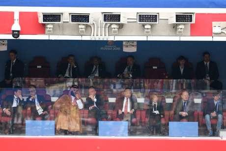 O presidente da Rússia Vladimir Putin (à dir.), assistiu ao jogo de abertura ao lado do presidente da Fifa, Gianni Infantino, e com o príncipe herdeiro da Arábia Saudita, Mohammad bin Salman (à esq.)