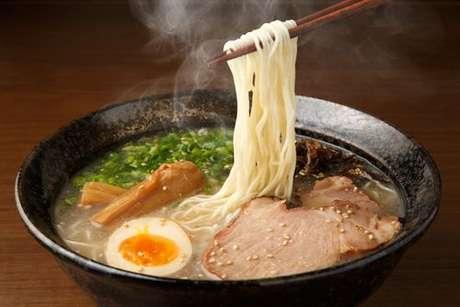 Ramen japonês com ovo cozido