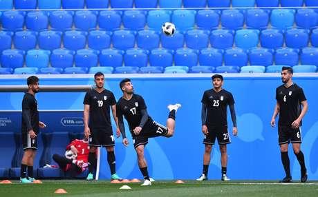Time do Irã bate bola em treinamento