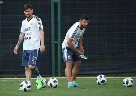 5386ef493bc6d Sergio Aguero e Lionel Messi em treino da Argentina para Copa do Mundo 06 06