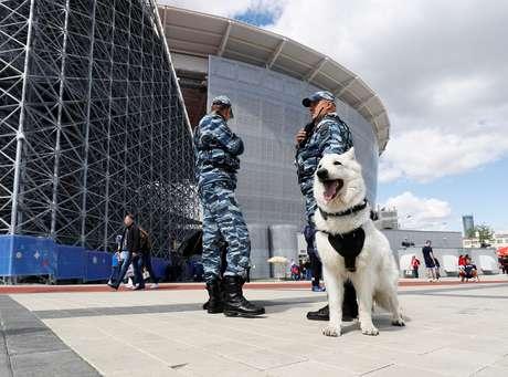 Agentes russos fazem segurança do lado externo do estádio do jogo entre Egito e Uruguai