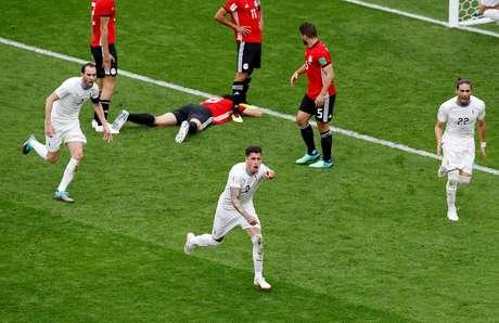 José Gimenez comemora seu gol na vitória do Uruguai contra o Egito