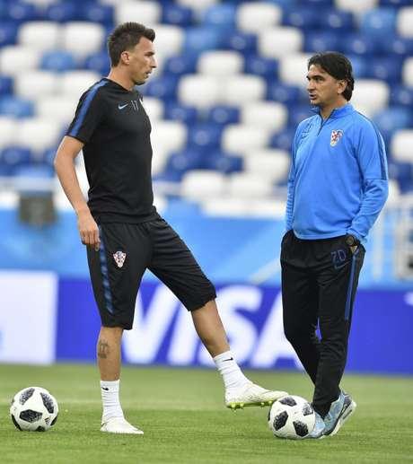 Mandzukic e o técnico Zlatko Dalic durante o treino desta sexta, em Kaliningrado - FOTO: Divulgação