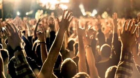A lógica do comportamento de multidão impede os fãs de serem pisoteados em show de música