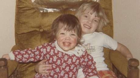 Melissa com a irmã adotiva, que foi chave na descoberta de seu passado