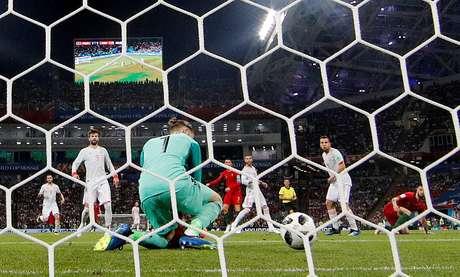 Espanhol De Gea falha em chute de Cristiano Ronaldo no empate em 3 a 3