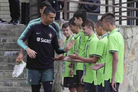 Cristiano Ronaldo fez somente exercícios físicos ao lado dos outros titulares da seleção portuguesa (FPF/Diogo Pinto)