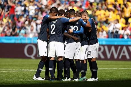 Jogadores franceses comemoram primeiro gol em pênalti marcado com auxílio da tecnologia de vídeo (VAR)