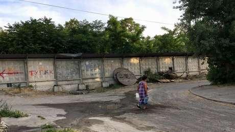 Não há esgoto tratado ou água encanada na maioria das casas do local | Foto: Ricardo Senra/BBC News Brasil