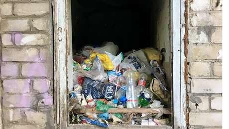 Pilhas de pontas de cigarro barato, pequenas garrafas de vodca se acumulam em canteiros | Foto: Ricardo Senra/BBC News Brasil