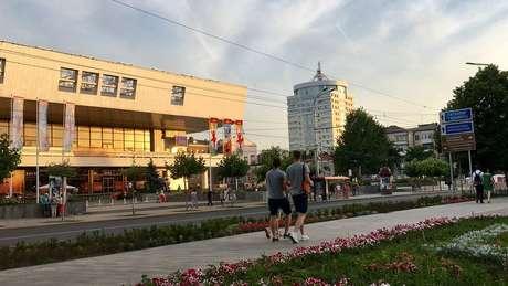 Na parte turística, há avenidas reconstruídas para a Copa, com praças bem cuidadas e comércio em shoppings de vidro | Foto: Ricardo Senra/BBC News Brasil