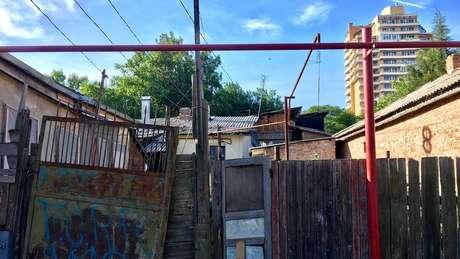 Sem registro oficial na prefeitura, moradias não têm saneamento nem infraestrutura - lembram baracos de favelas brasileiras ou ocupações em São Paulo | Foto: Ricardo Senra/BBC News Brasil