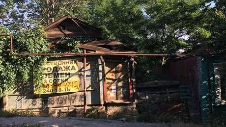 Bairro está em região com especulação mobiliária; o anúncio nessa casa diz que ela está à venda | Foto: Ricardo Senra/BBC News Brasil