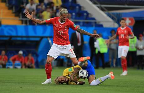 Neymar sofre falta de Behrami em Brasil x Suíça