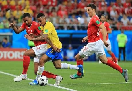 Gabriel Jesus divide bola contra a Suíça