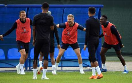 Bom ambiente no treino da Inglaterra (Foto: Paul Ellis / AFP)