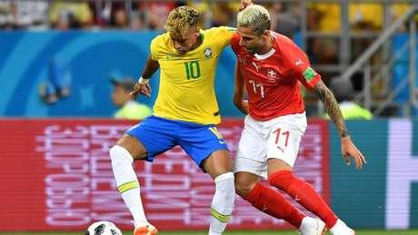 Brasil abre o placar com golaço de Coutinho, mas arbitragem 'ajuda' Suíça a empatar (Foto: JOE KLAMAR / AFP)