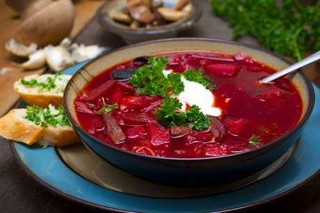 Sopa de beterraba russa servida com torradas e creme de leite fresco