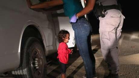 Imagens de crianças sendo separadas dos pais ao tentarem atravessar a fronteira do México com os EUA têm provocado indignação nas útlimas semanas