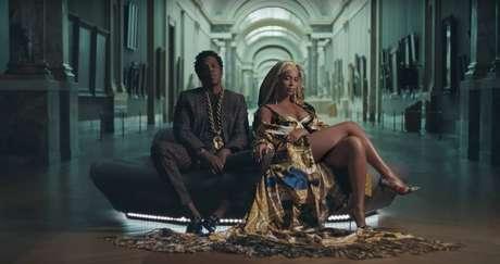 Beyoncé, de Versace dos pés à cabeça