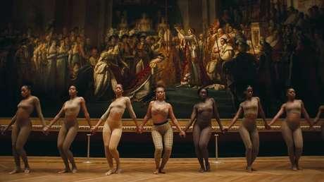 Beyoncé, de Burberry, ao centro de suas dançarinas