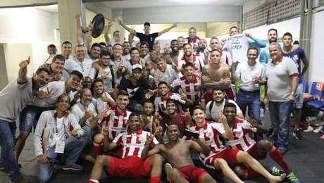 Jogadores do Náutico festejam no vestiário a vitória sobre o rival Santa Cruz
