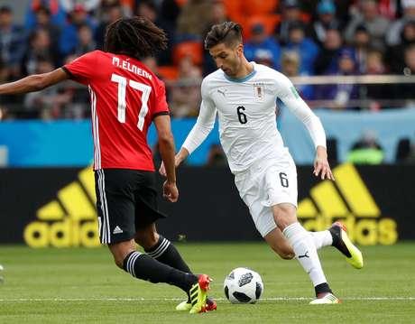 Rodrigo Bentancur (de branco), em lance do jogo do Uruguai contra o Egito 15/06/2018 REUTERS/Damir Sagolj