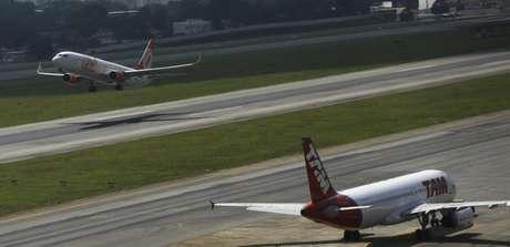 Aviões em trânsito no aeroporto de Congonhas, em São Paulo 17/01/2014 REUTERS/Nacho Doce
