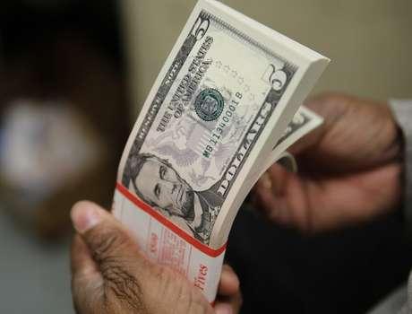 Notas de dólar dos EUA fotografados em Washington, EUA 26/03/2015 REUTERS/Gary Cameron