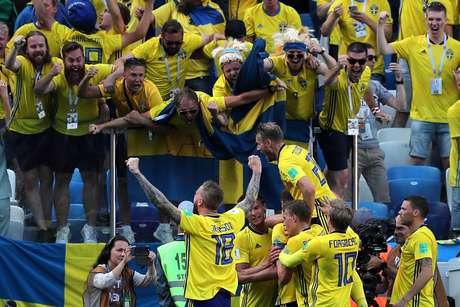 Jogadores suecos comemoram gol contra a Coreia do Sul