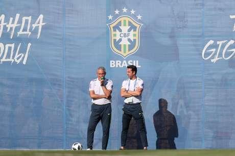 Edu Gaspar ao lado de Tite durante treino da Seleção Brasileira em Sochi, na Rússia (Foto: Lucas Figueiredo/CBF)