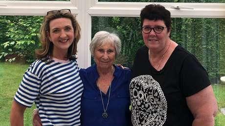 Repórter da BBC (à esq.) falou sobre descoberta do câncer em vídeos online e em programas de TV, e despertou a atenção de duas mulheres que tinham o mesmo problema