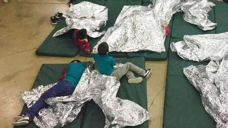 Ex-primeira-dama Laura Bush disse que complexo para imigrantes parece um dos campos de detenção usados contra nipo-americanos durante a Segunda Guerra